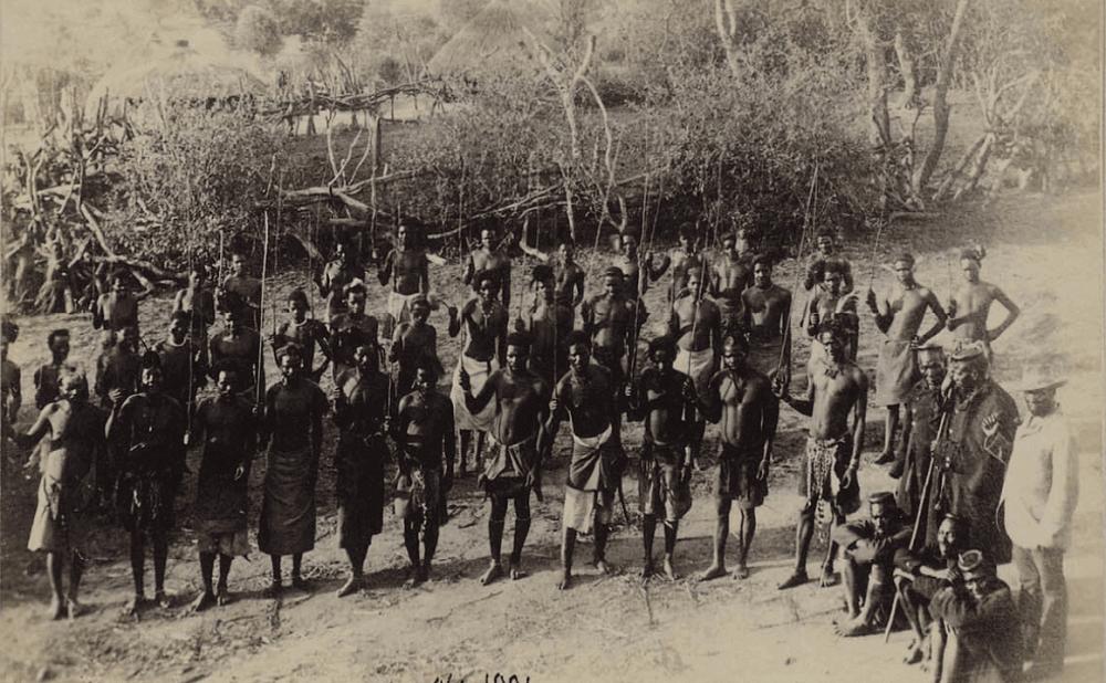 Групповой портрет свази-мужчин, исполняющих ритуальный танец в честь обрезания молодых людей Траппистская миссия Марианнхилл Квазулу 1894-1897 год