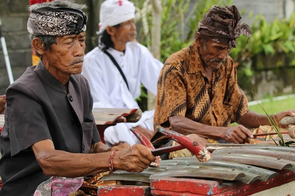 Индонезийцы за работой