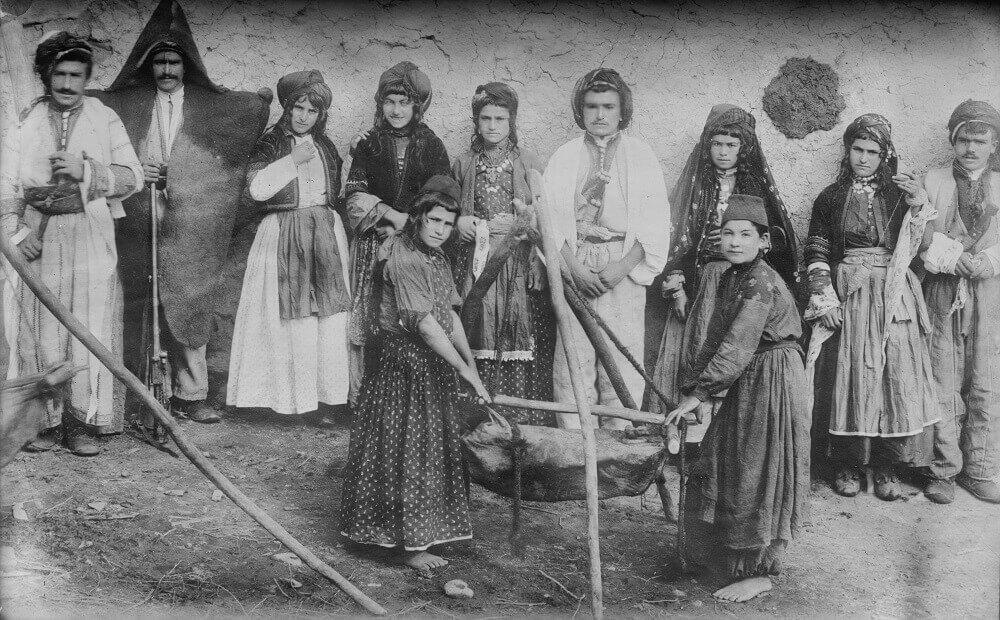 Несторианская (ассирийская) христианская семья, делая масло, Мавана, Персия Библиотеке Конгресса США