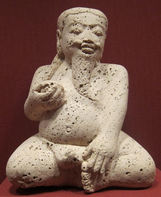 Сидящая мужская фигура, династия Маджапахит, Художественный музей Гонолулу