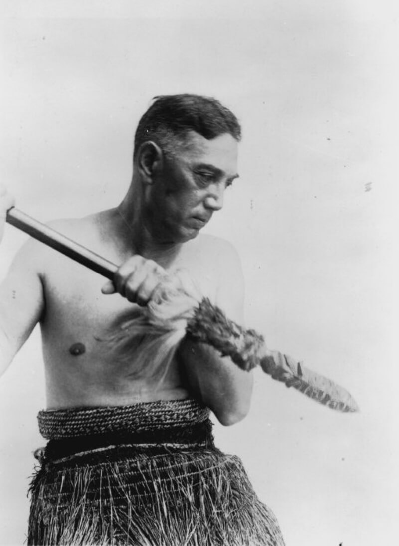 Те-Ранги-Хироа, одетый в костюм маори и держащий в руках тайаху