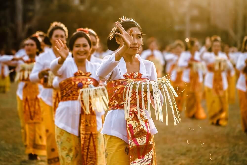 традиционный танец индонезийцев