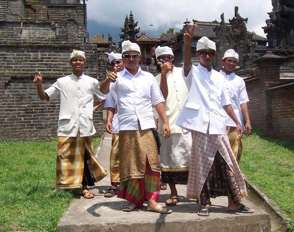 Балийские мужчины в храме