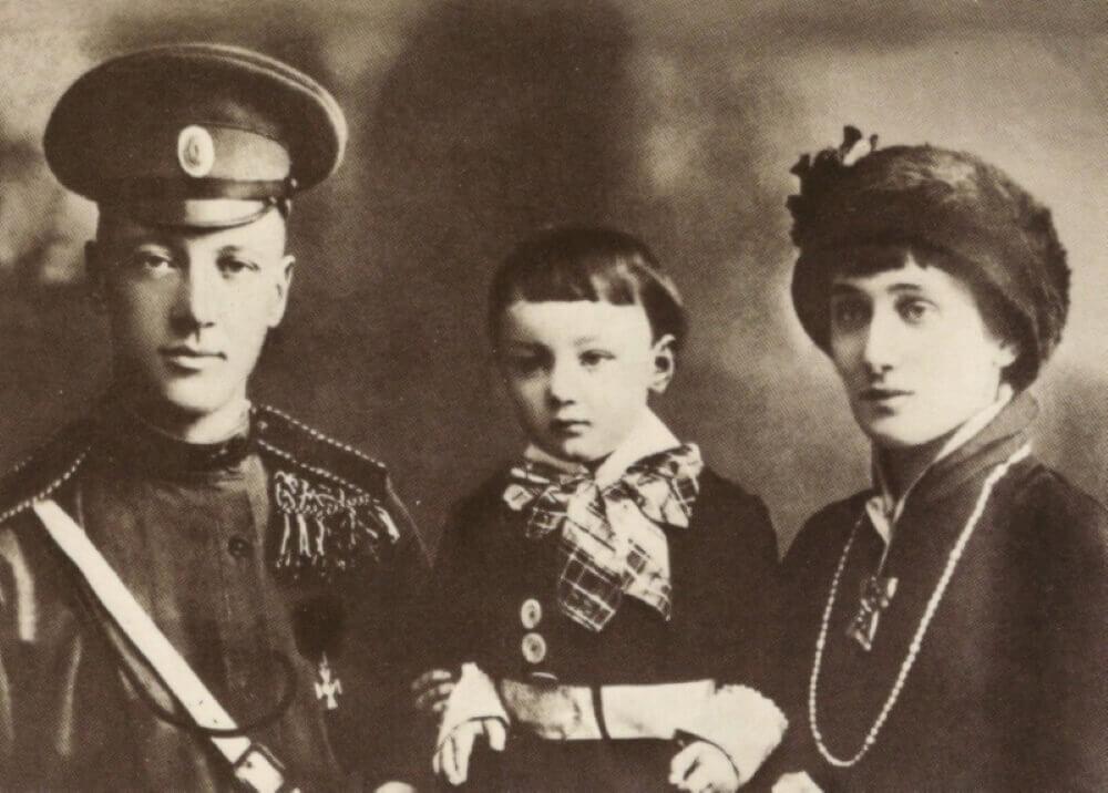 Анна Ахматова с мужем Николаем Гумилевем и сыном Львом Гумилевым