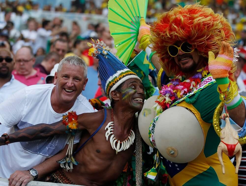 Бразильцы обожают футбол и каждый поход на матч словно новый карнавал