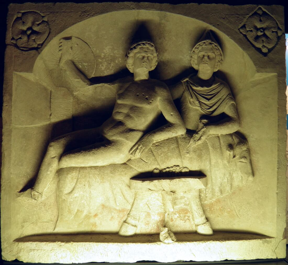 Митраическая сцена пиршества (со следами полихромии) с участием Митры и бога Солнца