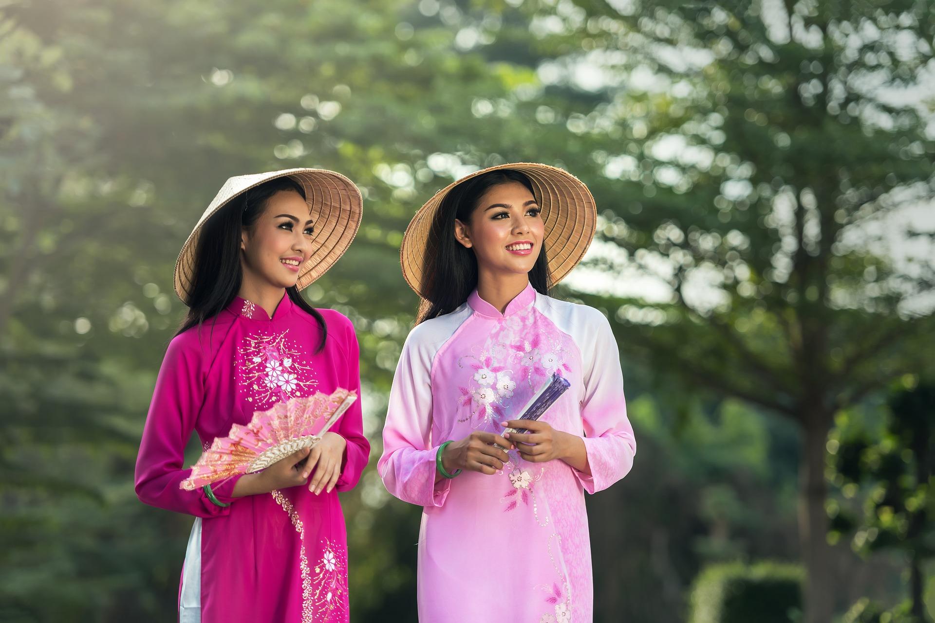Две вьетнамки в традиционных нарядах