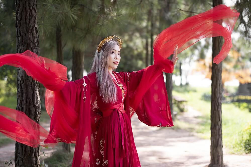 Вьетнамка в красочьном наряде Công Đức Nguyễn