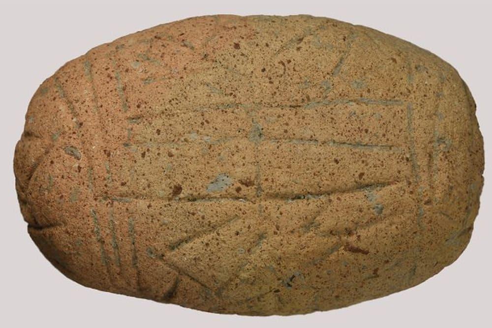 Глиняная табличка с надписью на неизвестном языке, возрастом 7000 лет