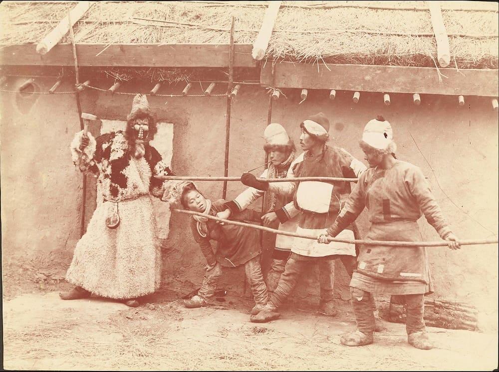 Изгнание злого духа похитителя детей, фото из путешествия Уильям Генри Джексона, 1895 год