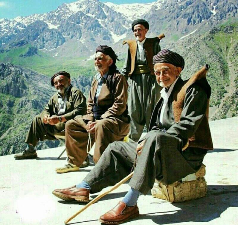 Группа курдских мужчин в традиционной одежде