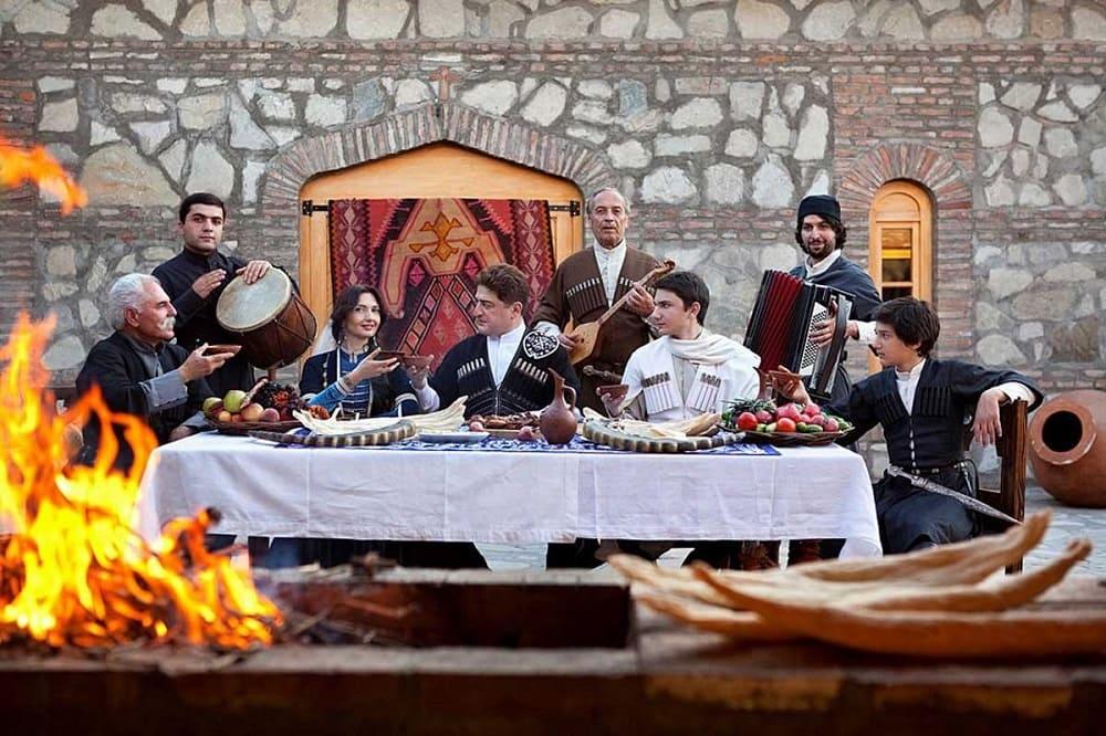 в традициях грузин устраивать пышные застолья