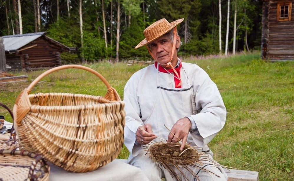 Карел плетет корзину