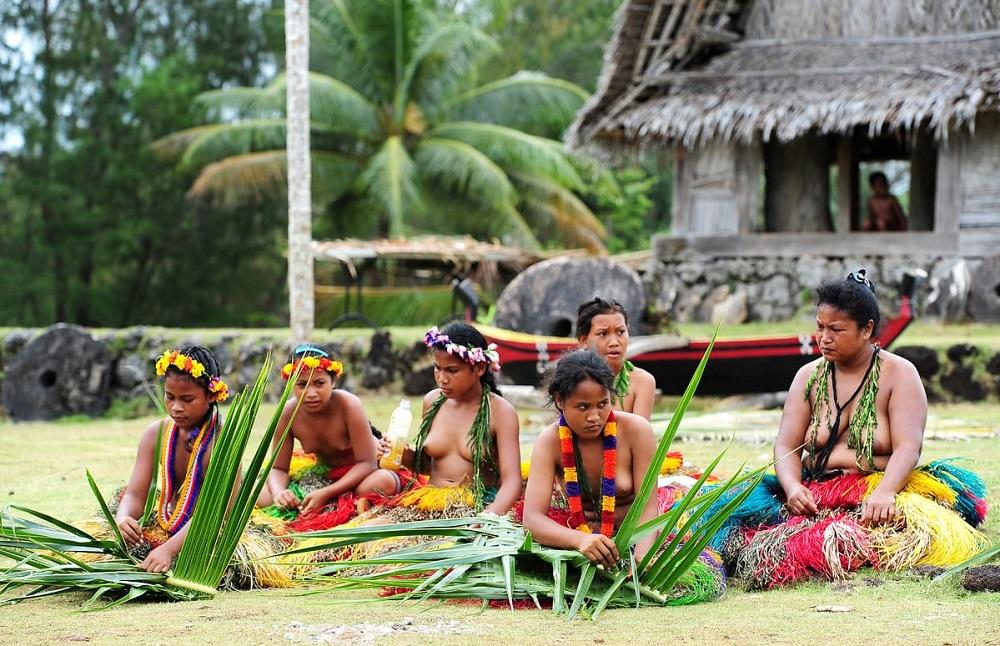 Микронезийки плетут одежду из листьев пальмы