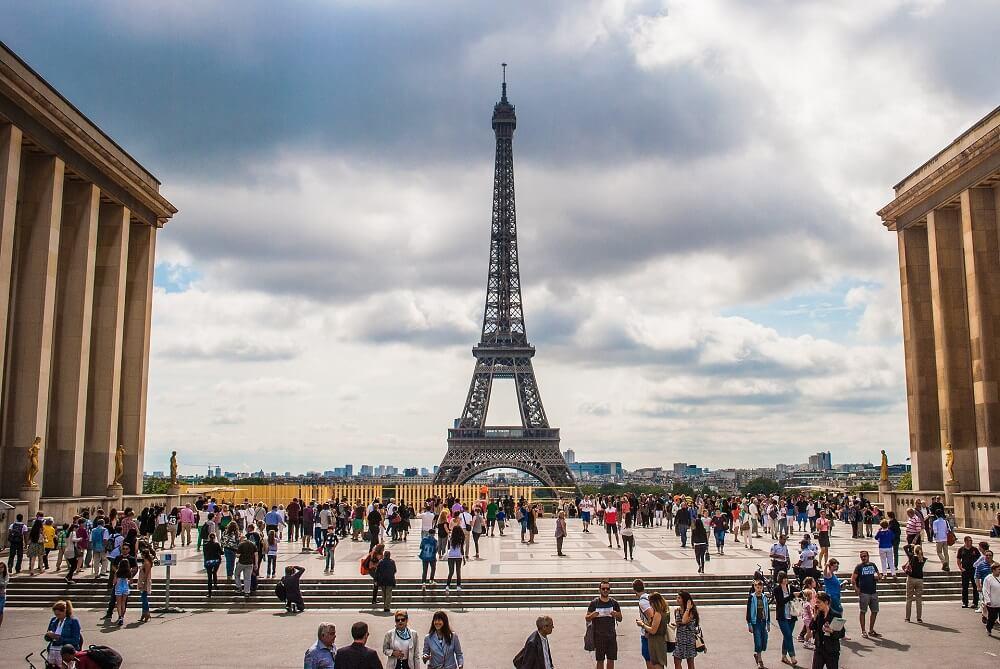 Французы поначалу невзлюбили Эйфилеву башну но сегодня оне как и весь мир не представляют без нее Парижа