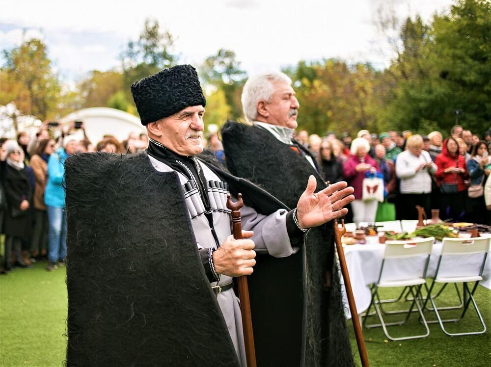 Абхазы по традиции свадебное торжество сопровождалось тостами старейшин, пожеланиями мира и добра © МАД Игорь Родин