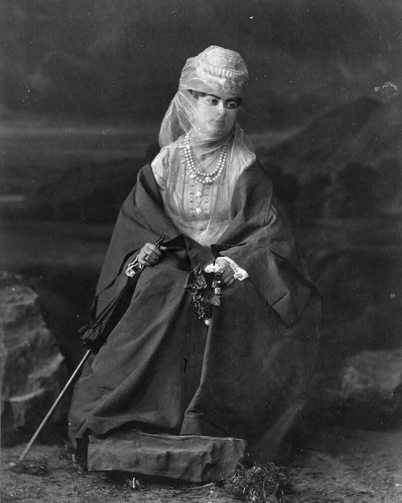 Турчанка, портрет в полный рост между 1880 и 1900 годами Абдуллах Бразерс Библиотека Конгресса Печати и фотографи Вашингтон,США