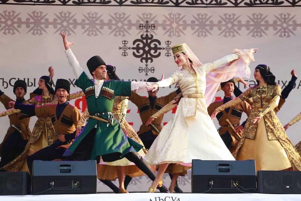Зажигательные национальные танцы и их исполнители завоевали заслуженные бурные аплодисменты.