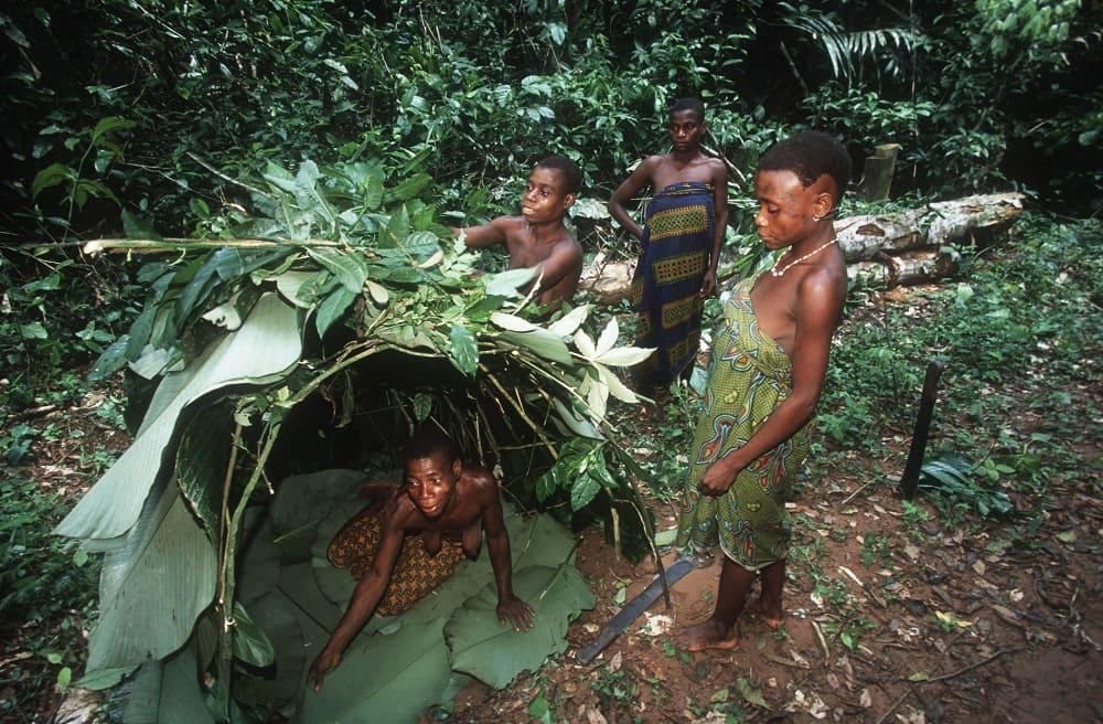 Женщины из племени пигмеев строят дом