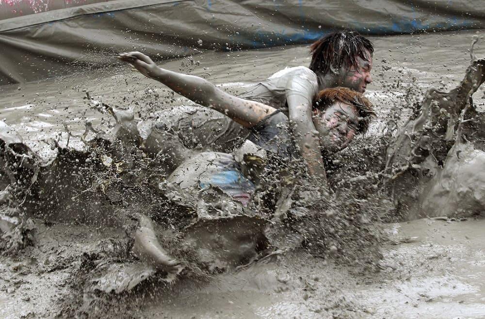 Борьба в грязи / eatplayeasy.com