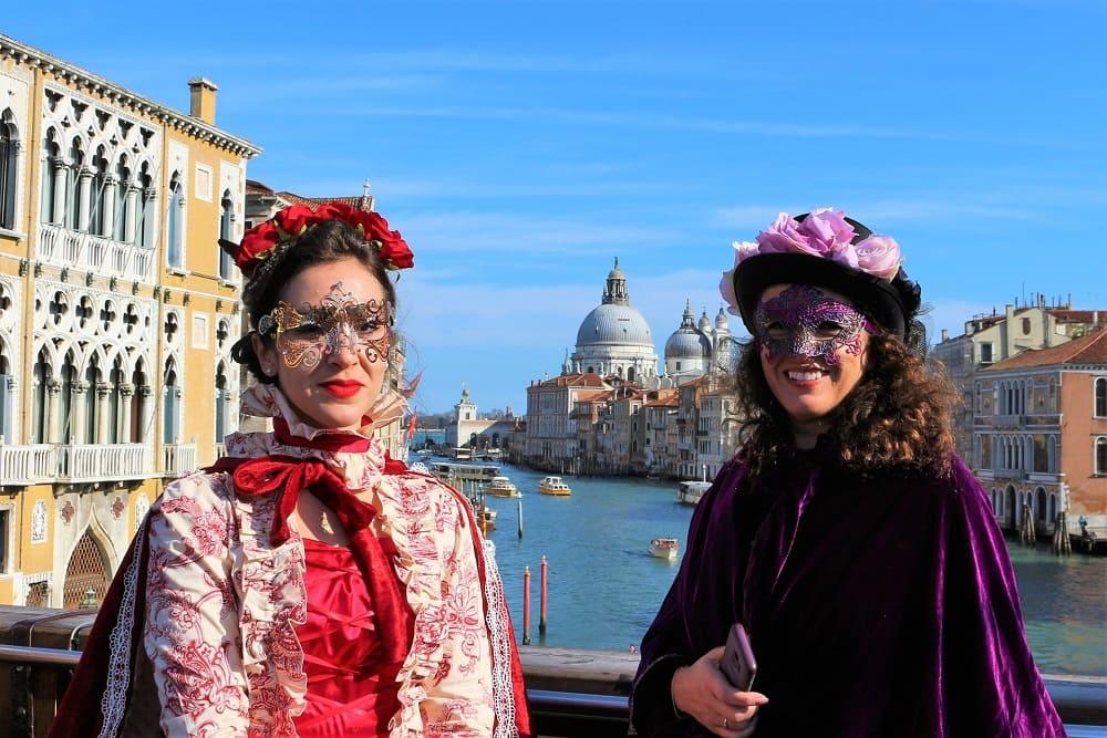 Девушки на карнавале в Венеции / © Sabine Rabenberger / Pixabay