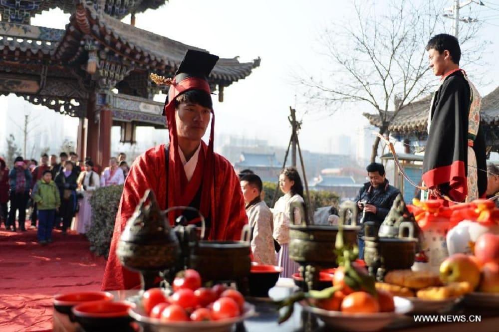 Фестиваль Дунчжи не проходит без обряда почитания предков / News.cn