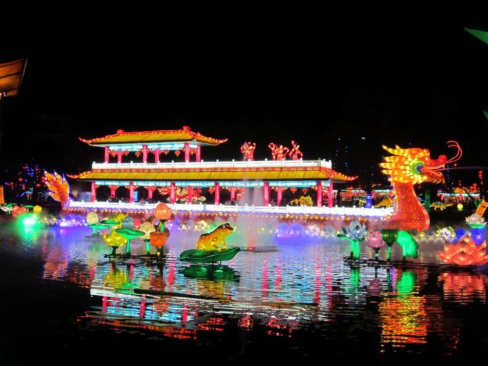 Вечером на Фестивале лодок-дракона можно увидеть эффектное световое шоу / userapi.com