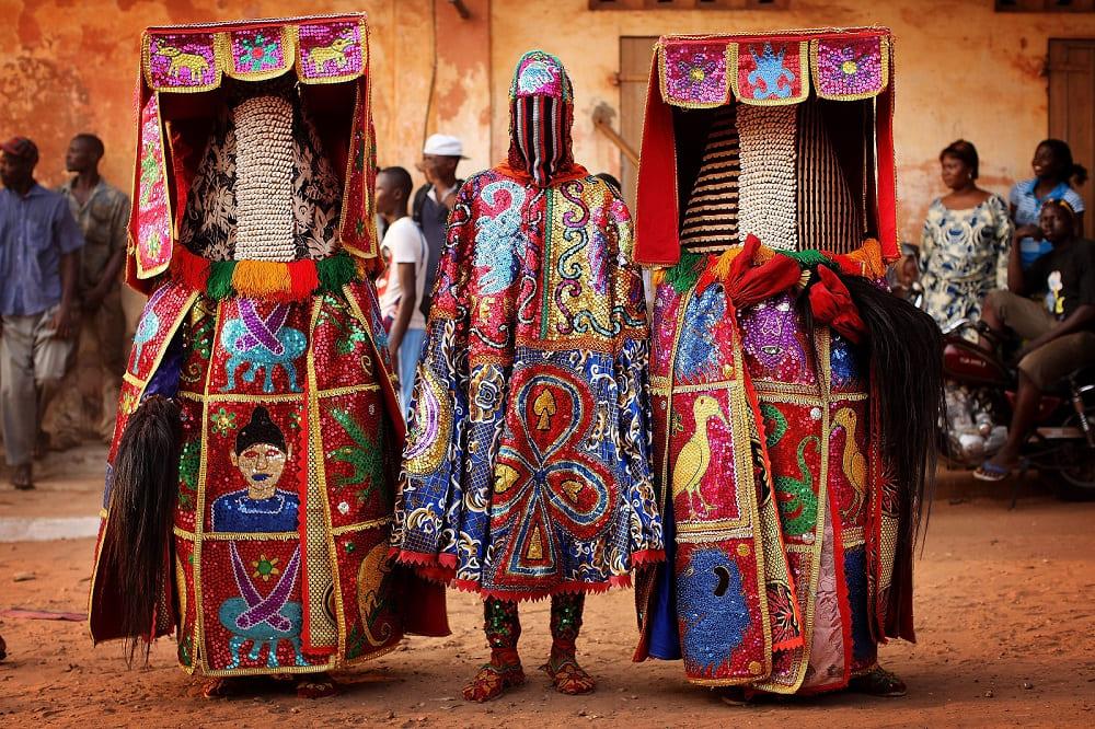 Духи Лоа на фестивале Вуду в Бенине / learnreligions.com