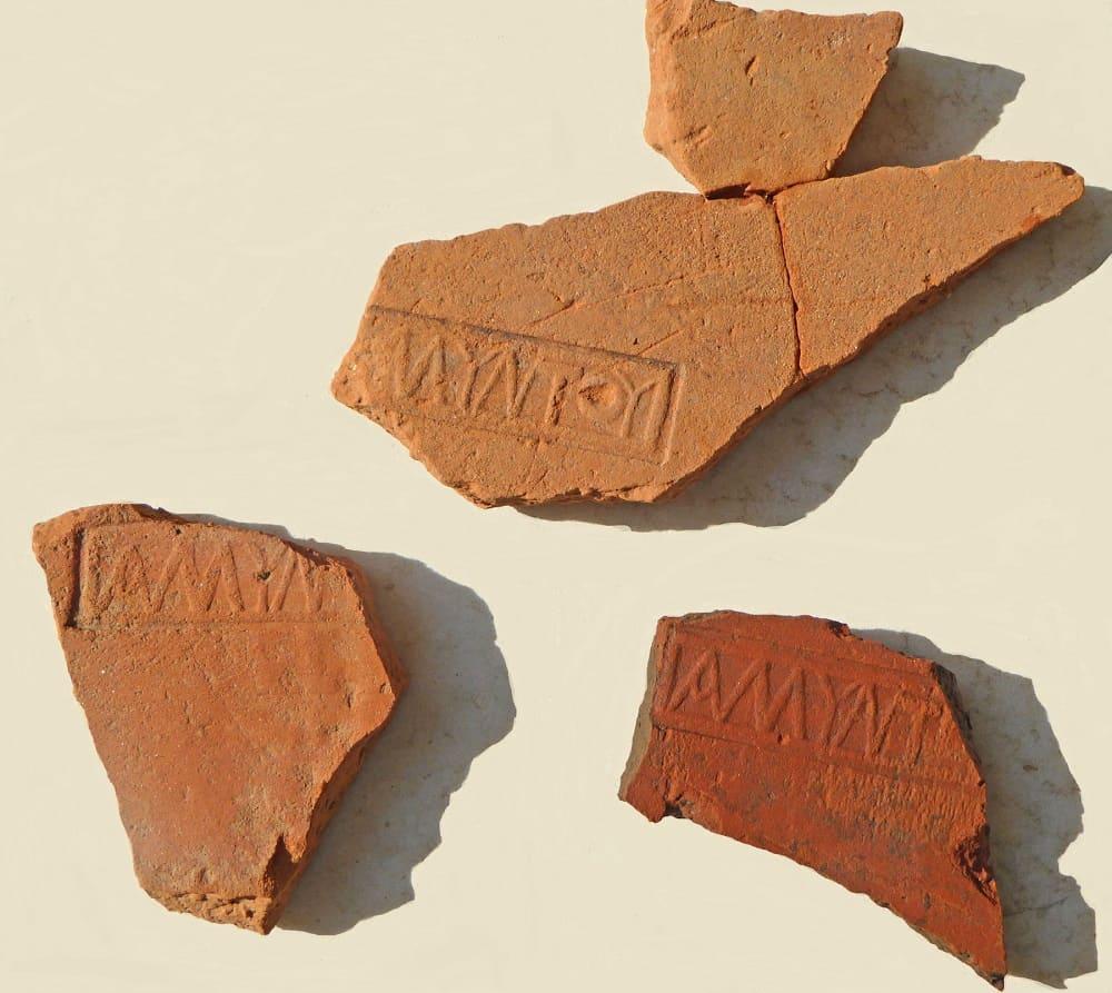 Фрагменты плитки найденной на месте раскопок / © Imathia / Ephorate of Antiquities