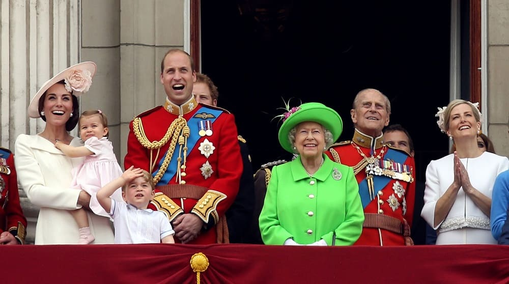 Королева со своей семьей наблюдает за авиа шоу