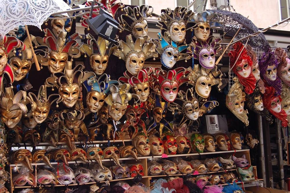 Маски для карнавала в Венеции можно купить в подобной лавке / © Anke Schofeld / Pixabay