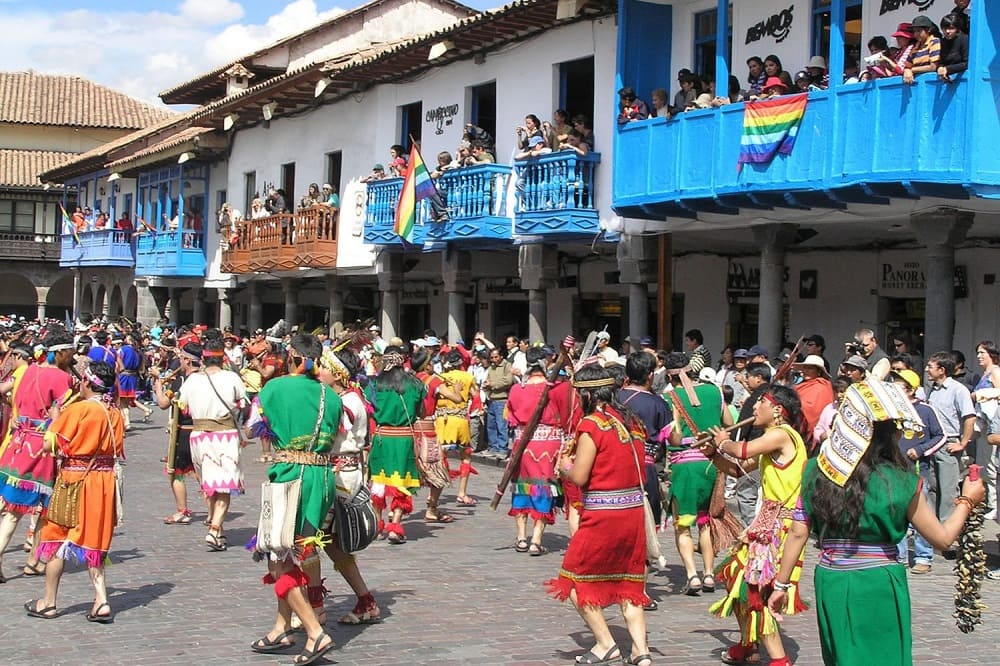 Праздничная процессия с музыкой двигается по городу