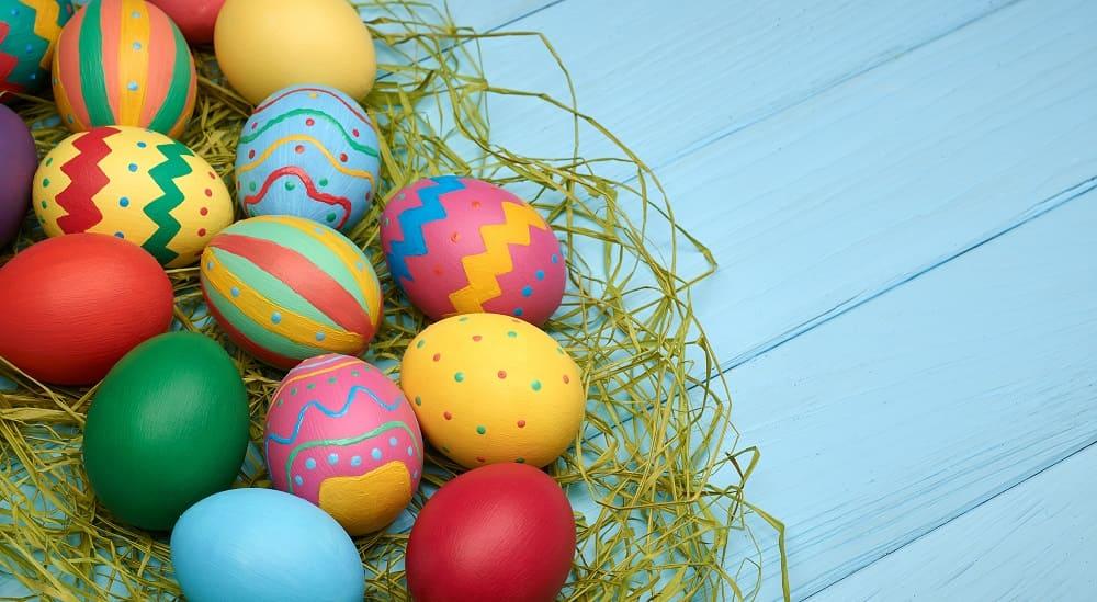 Сегодня яйца красят вовсе цвета радуги