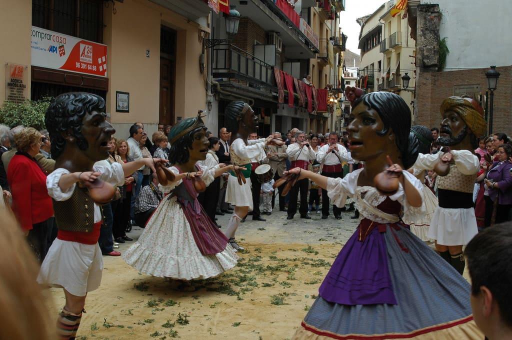 Танцоры в огромных головах вТанцоры в огромных головах в Испании