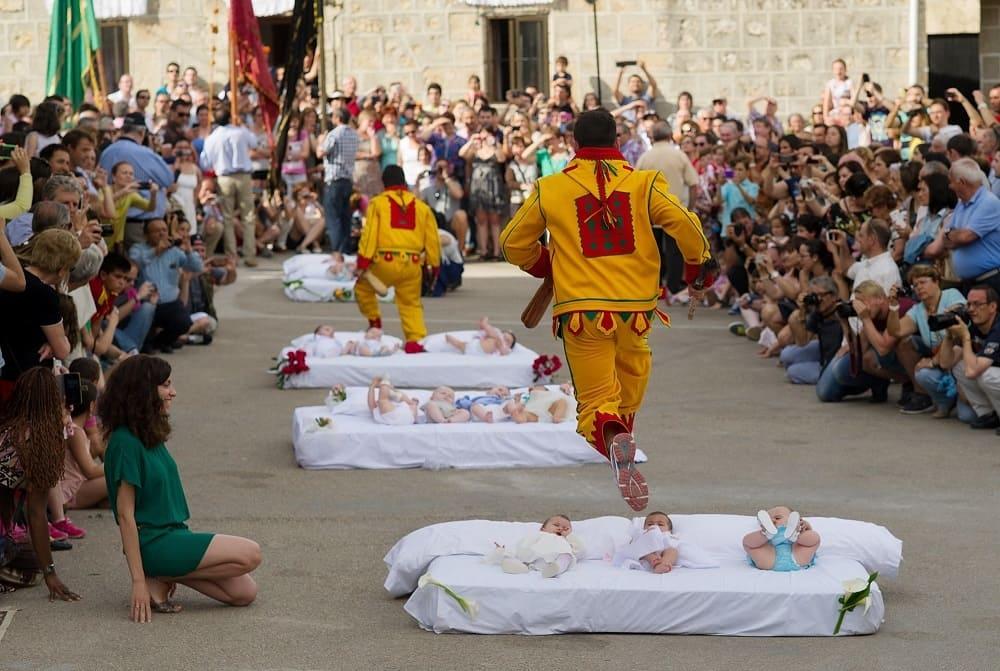 Традиция перепрыгивания через младенцев в Эль-Колачо / avax.news