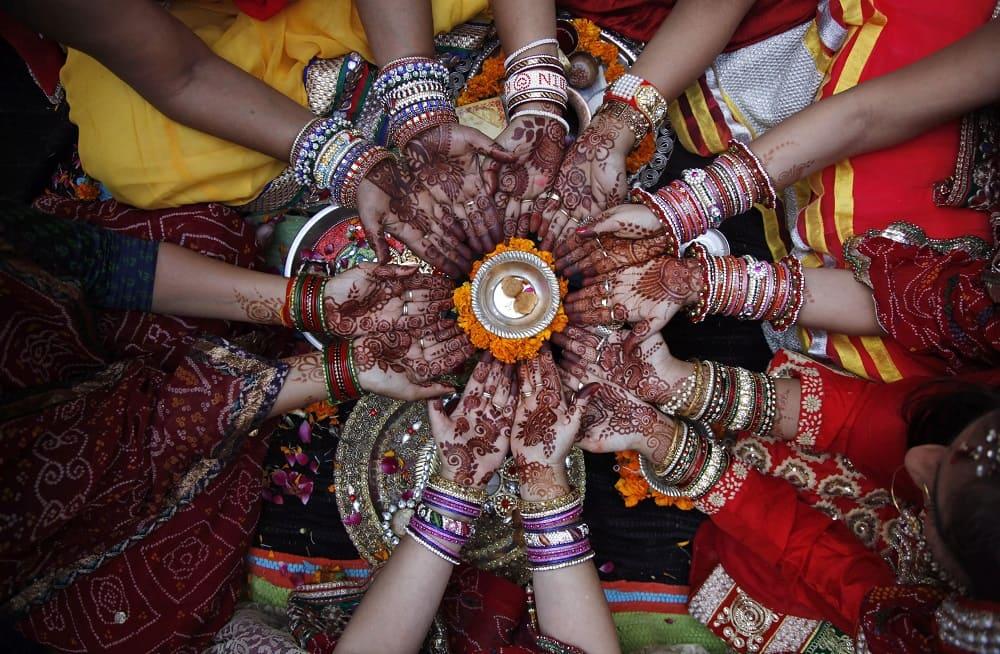 В Индии замужние индуистки-украшают свои руки хной и постятся / businessinsider.in