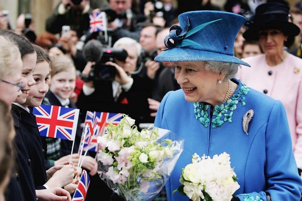 В день рождение королеве все хотят подарить цветы / sm-news.ru