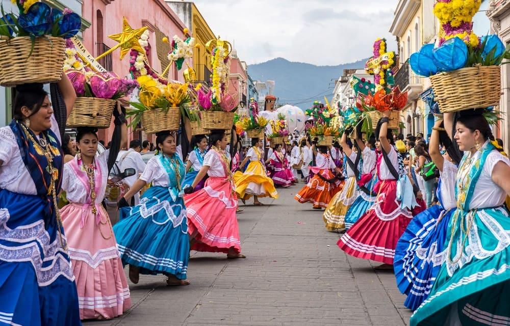 В первый понедельник в 2021 это будет 19 июля под звуки музыки начинается праздничная процессия к горе Серро дель Фортин