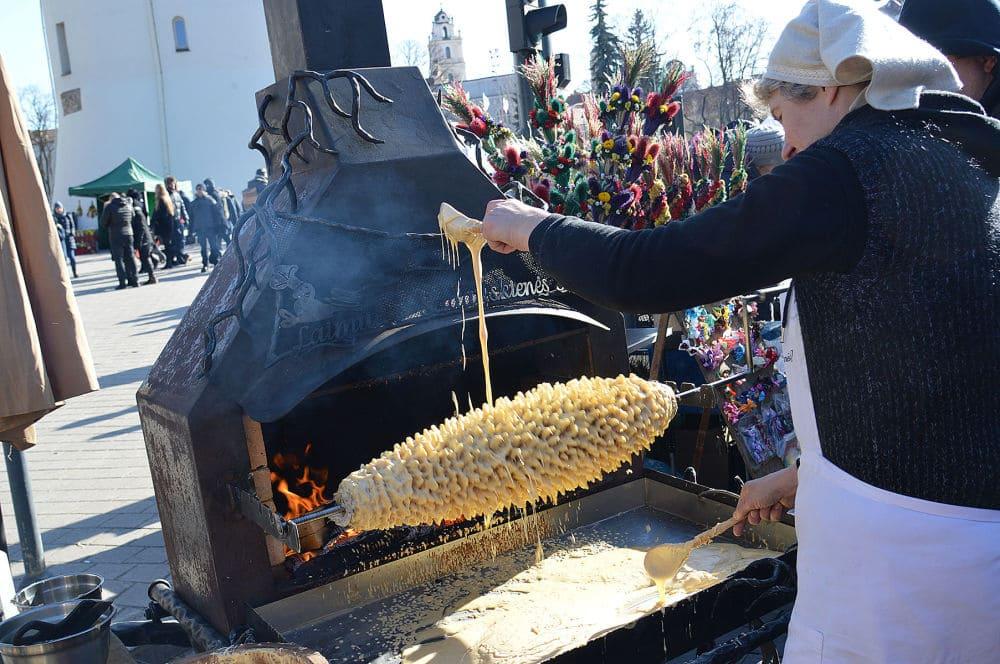 Традиционный литовский яичный пирог шакотис / sputniknews.lt