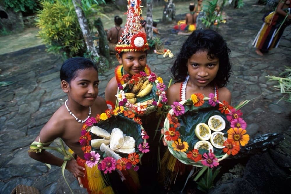 мДети с традиционными фруктами Микронезии