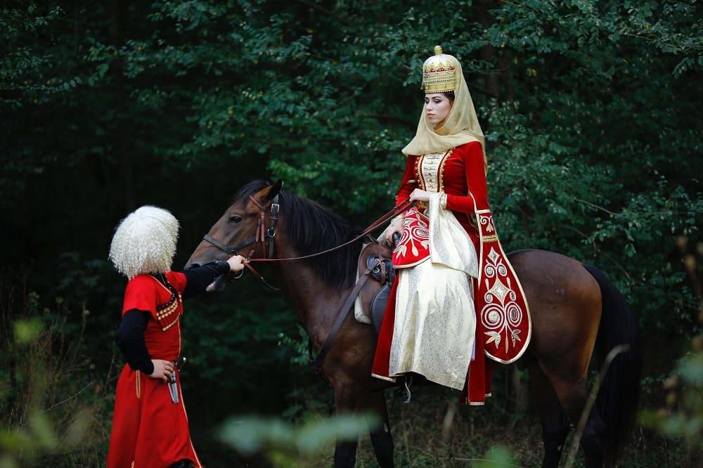 Кабардинцы в традиционных нарядах