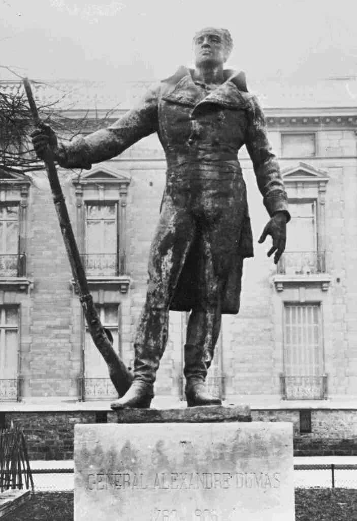 Статуя генерала Томаса-Александра Дюма, разрушенная немцами во время оккупации Парижа