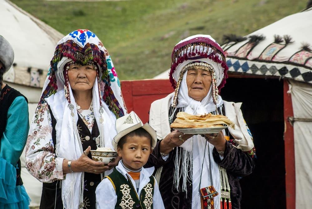 Кыргызские женщины и дети предлагают хлеб и соль / wikipedia.org