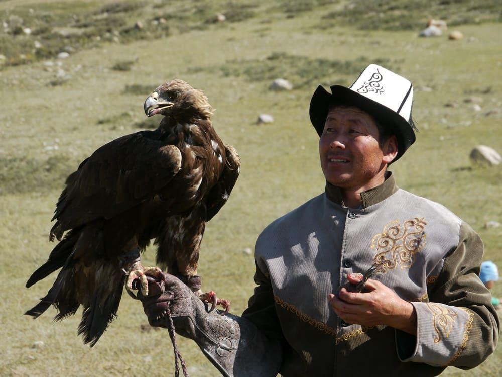 Сокольничий со своим орлом в долине Барскаун, Кыргызстан / © Tjabeljan / wikipedia.org