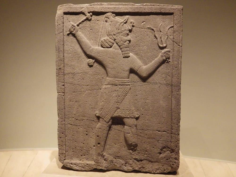 Древняя табличка с изображением Тешуба бога хурритов