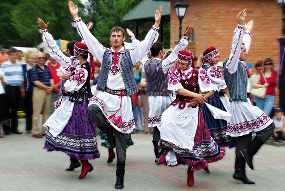 А вот национальным танцем Молдавии стал хора