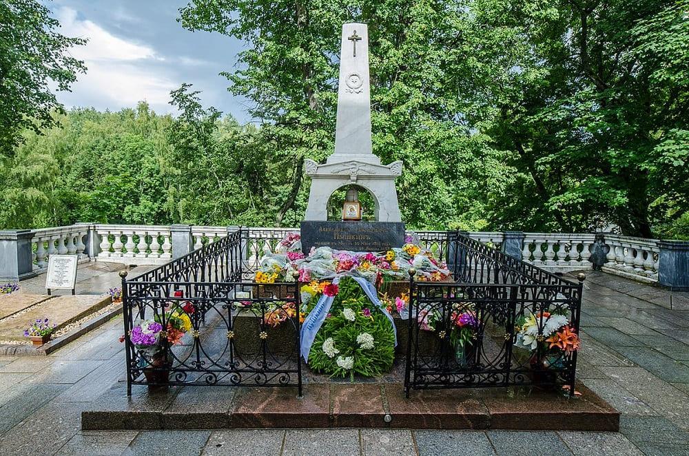 На Псковщине отреставрировали могилу Александра Пушкина