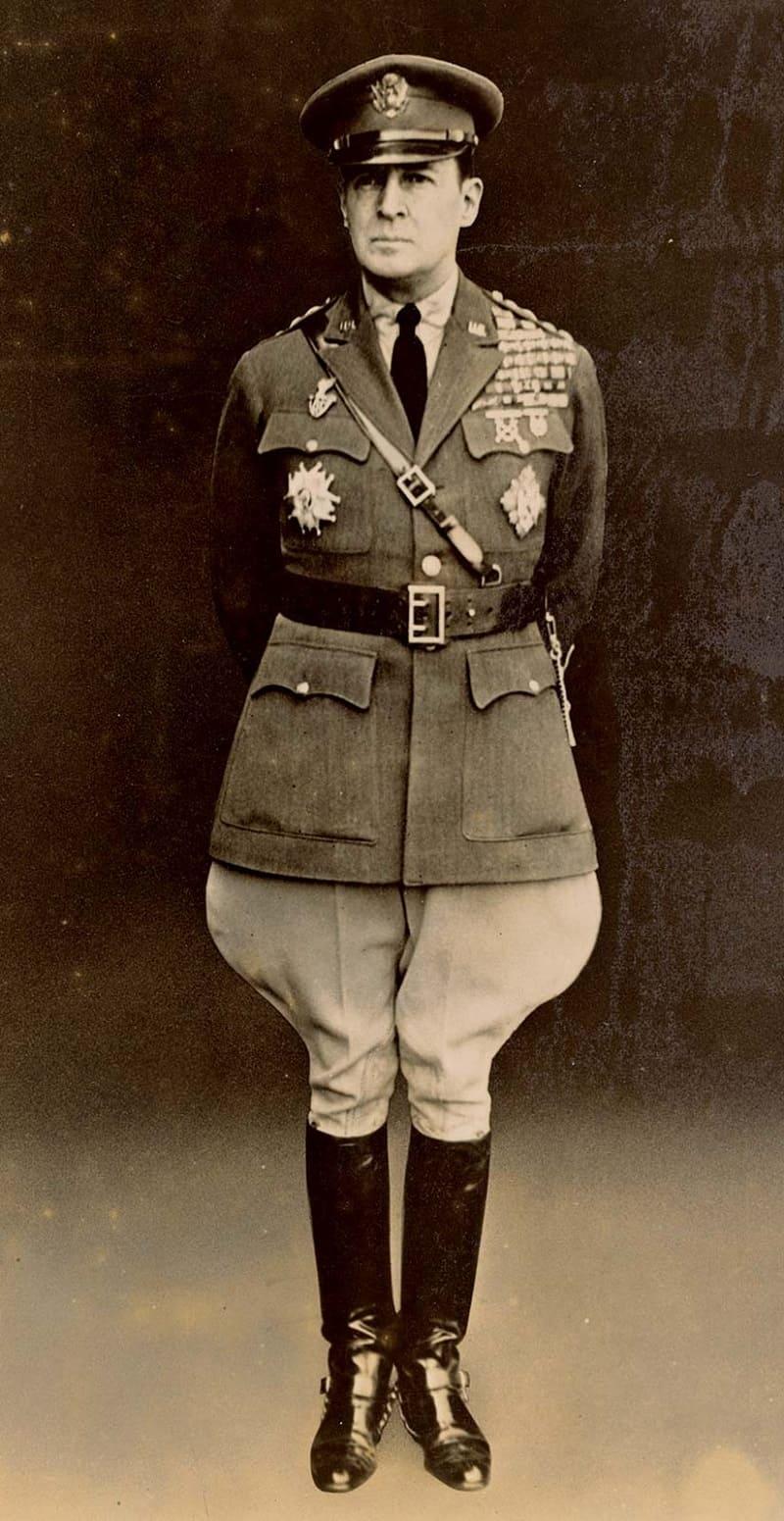 Американский генерал Дуглас Макартур в галифе, 1932 год
