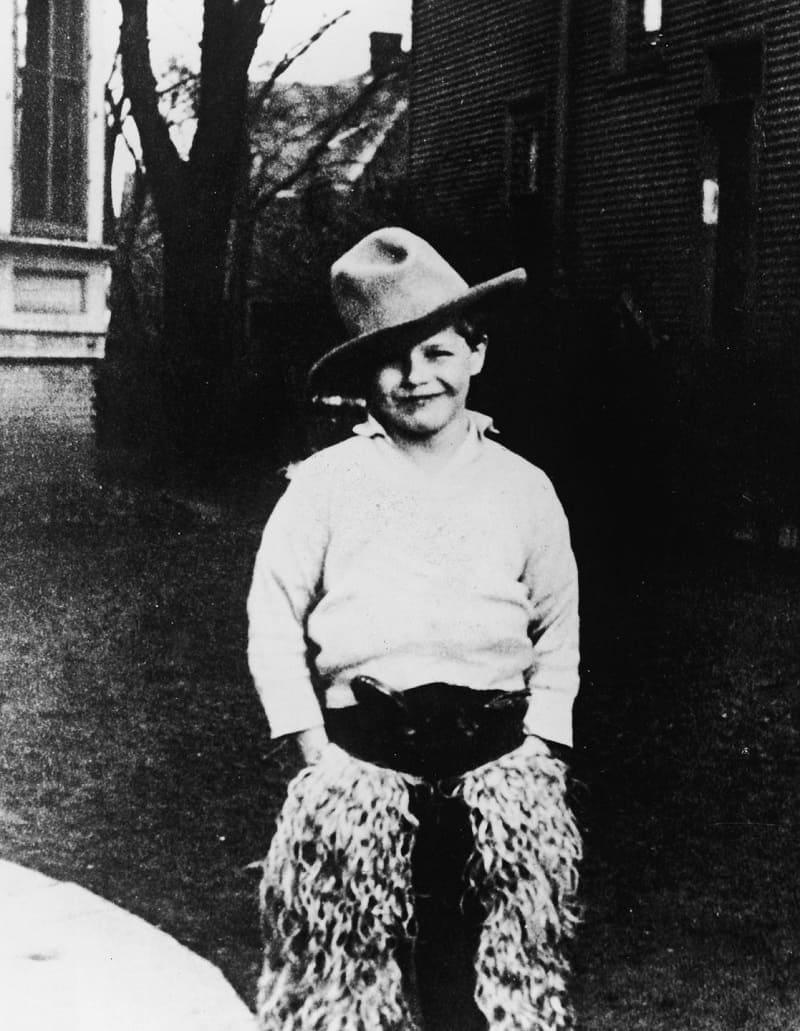 Будущий актёр в образе ковбоя, 1932 год