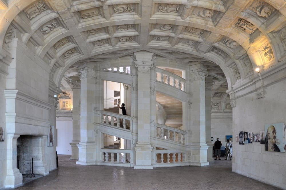 Двойная спиральная лестница во французском замке Шамбор построена по эскизам великого Леонардо / © andrey / aroundcard.com